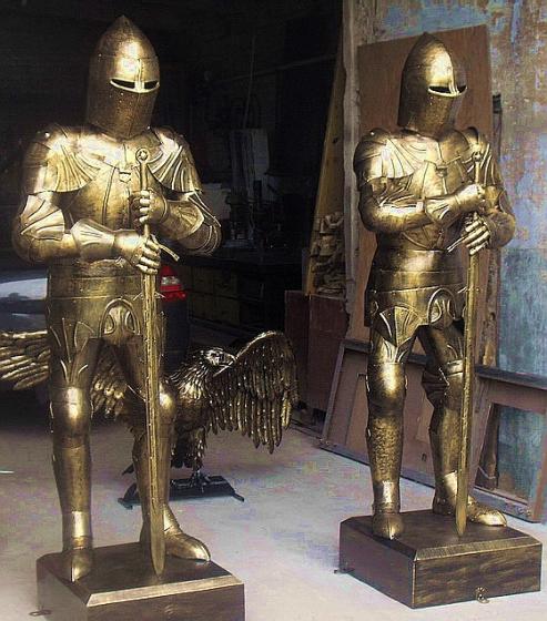 Рыцари старого замка из металла.